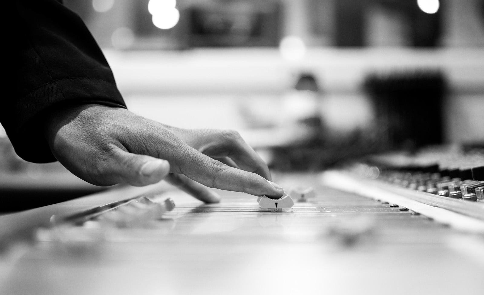 Mesa de sonido, mano, fader, Postproducción Sonido